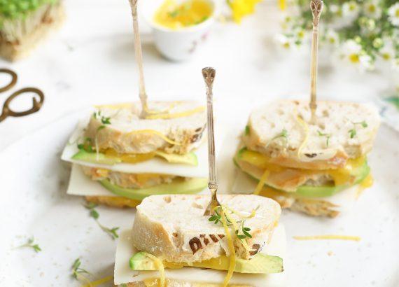 paas sandwiches met avocado en geitenkaas en lemoncurd