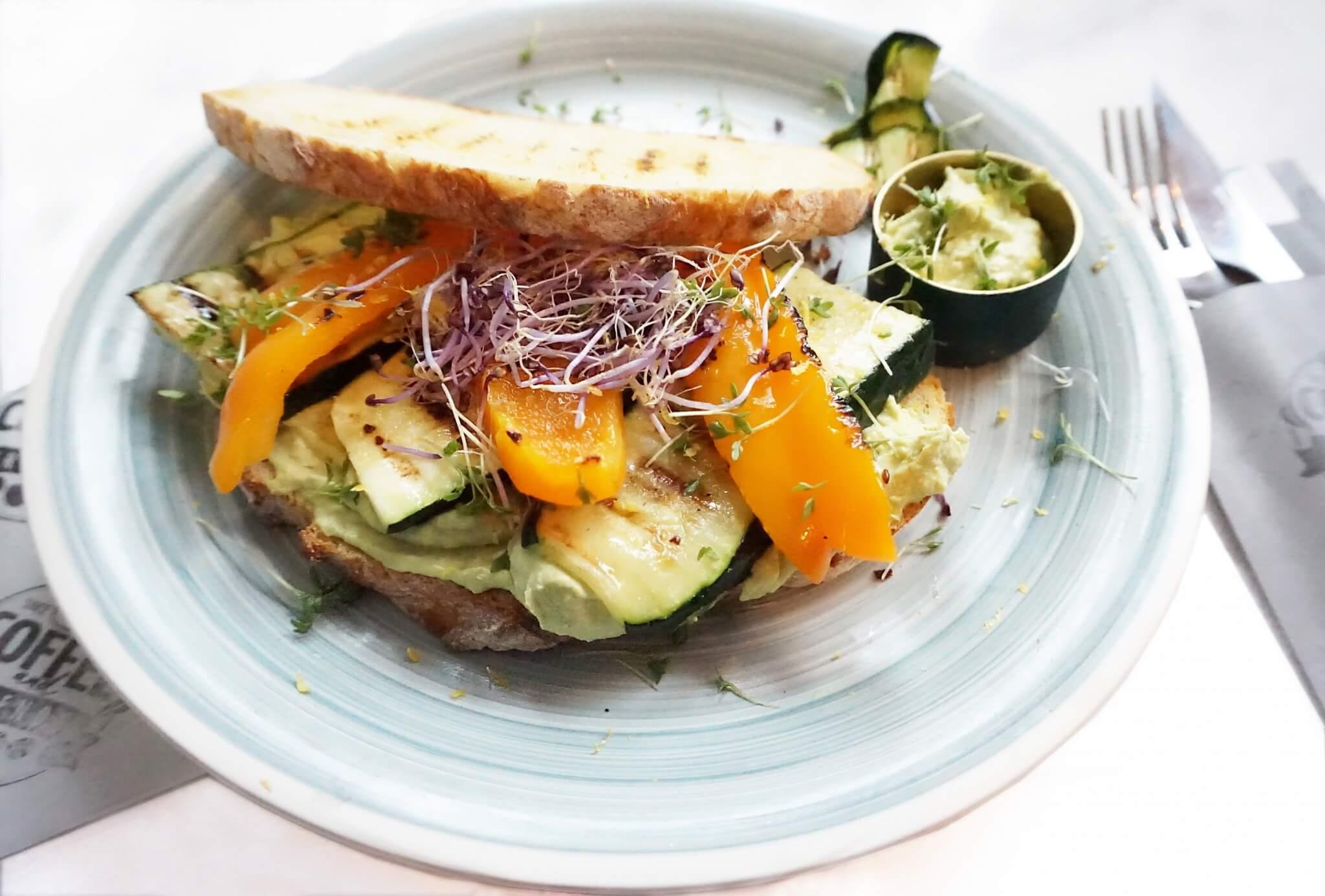 Avocadohummus met gegrilde groente