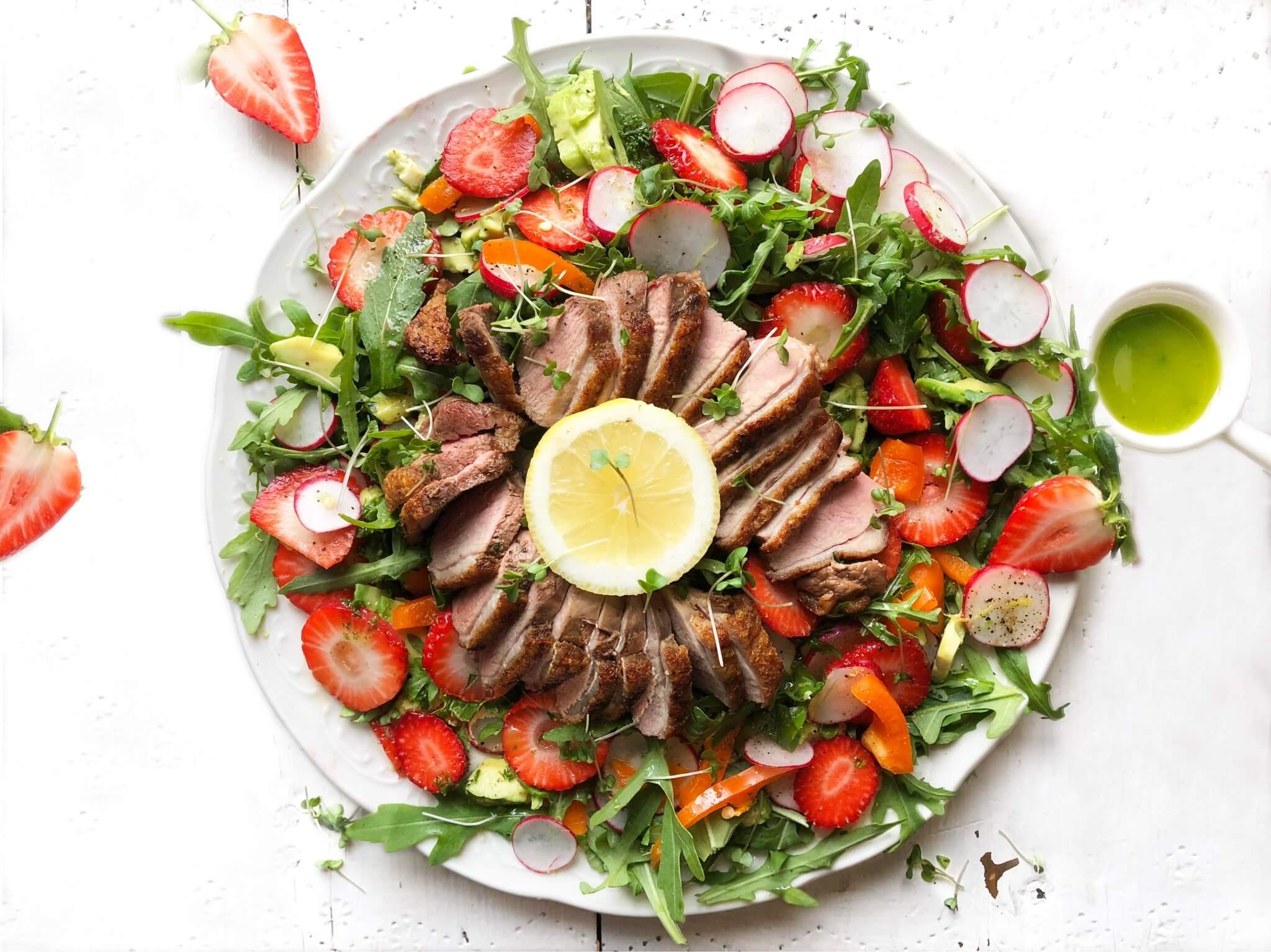 Salade met eendenborst, aardbei en kruidendressing