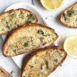 knoflookbrood met citroen en basilicum