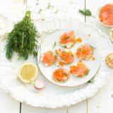 blinis met wilde zalm, mierikswortel en citroen