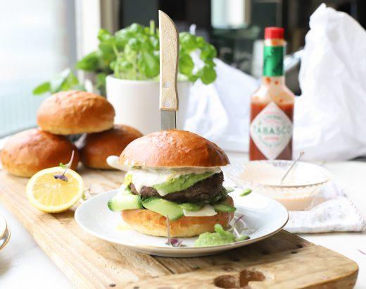 zwarte bonenburger met citroen, avocado en Tabasco 'The Lemon Kitchen