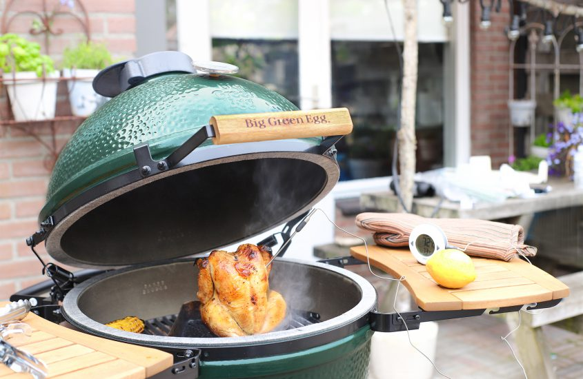 Citroen kip op bierblik van de Big Green Egg