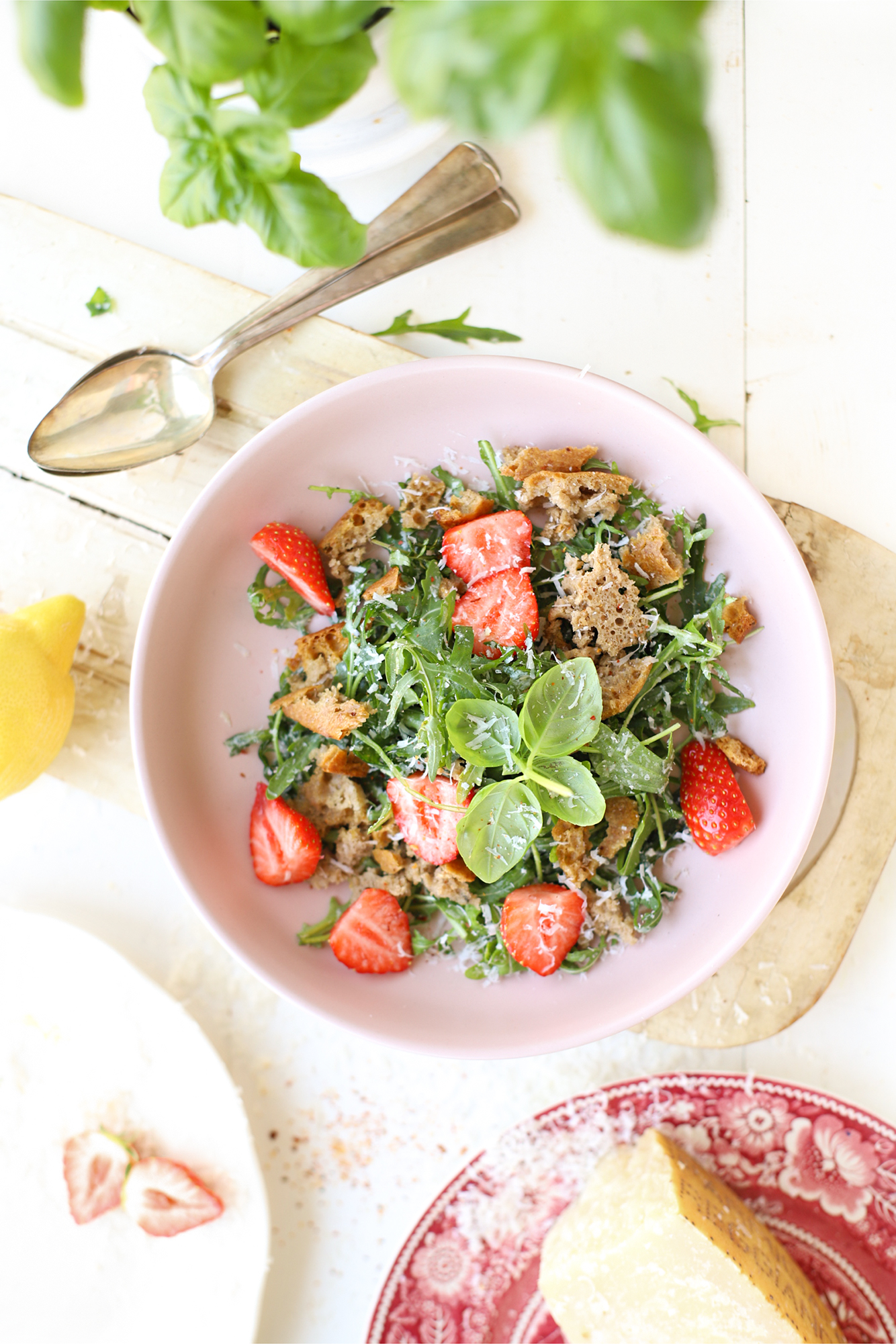 Panzanella salade met aardbei, citroen & Parmezaan 'The Lemon Kitchen