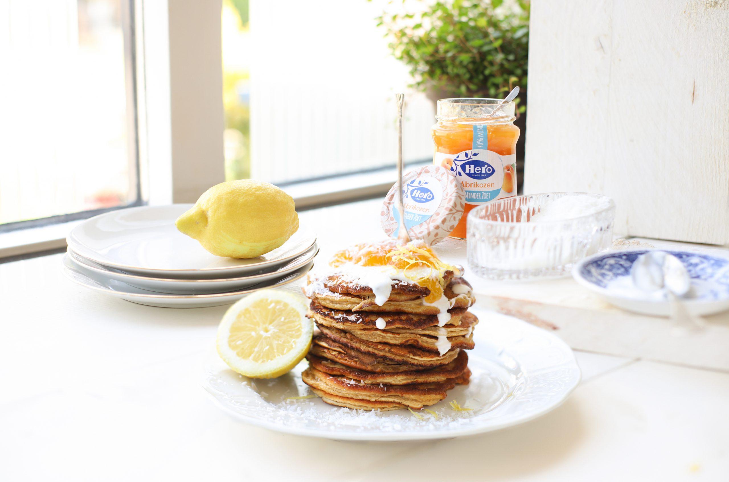 Kokos banaan pannenkoekjes met geitenyoghurt, citroen & abrikozenjam 'The Lemon Kitchen