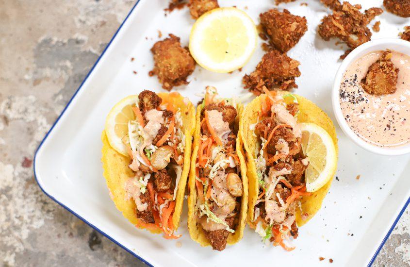 Taco's met krokante bloemkool, frisse koolsla & Chipotle saus
