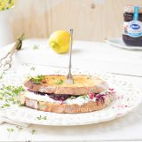 Zuurdesem sandwich met geitenkaas, bosvruchtenjam, citroen & tuinkers 'The Lemon Kitchen