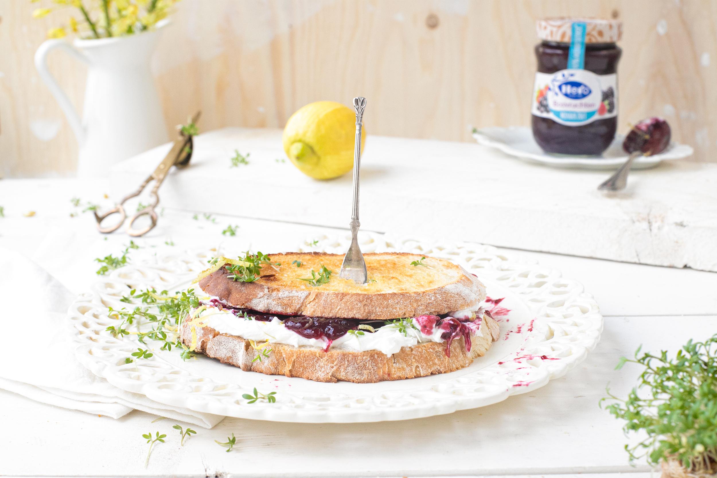 Zuurdesem sandwich met geitenkaas, bosvruchtenjam, citroen & tuinkers