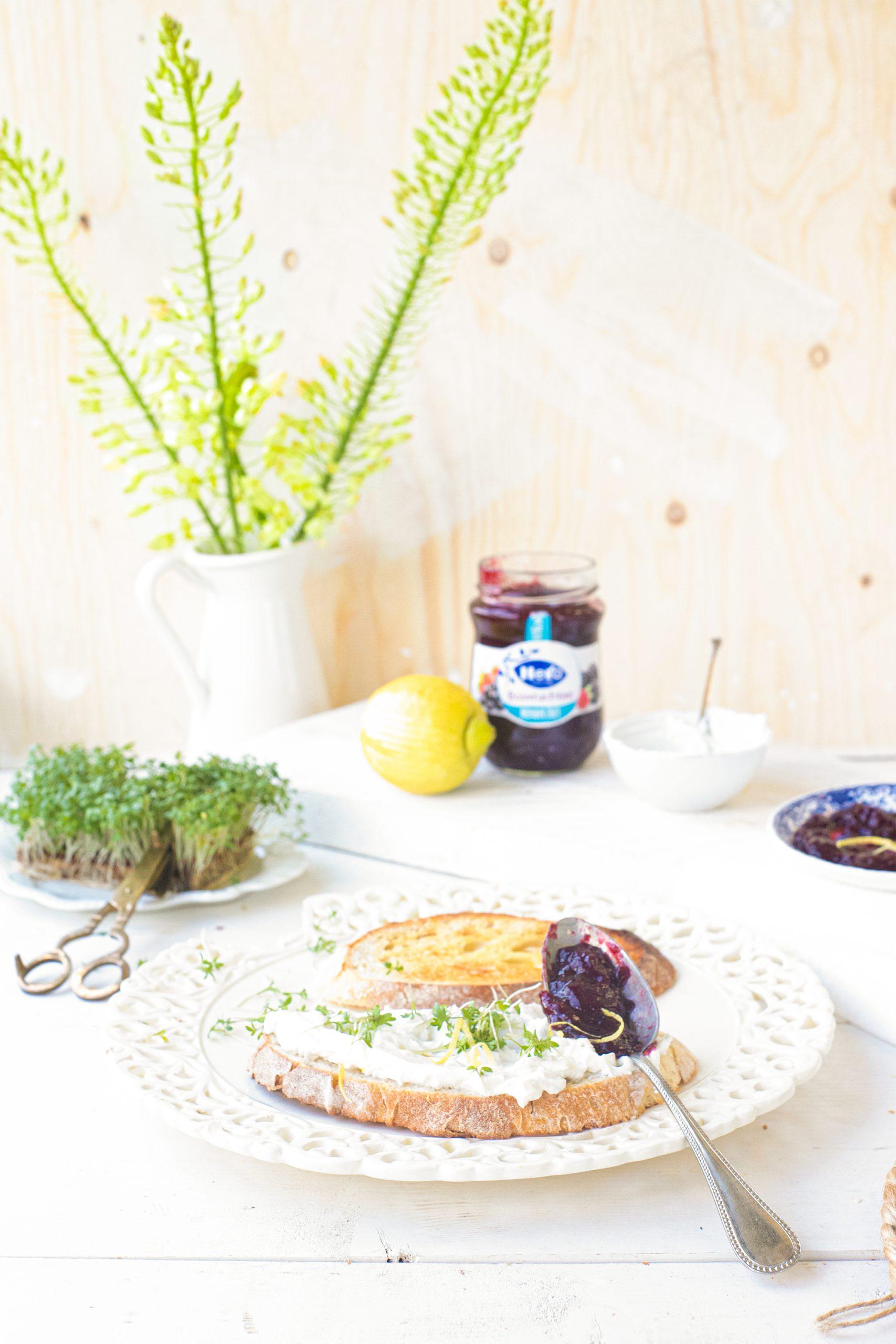 Zuurdesem sandwich met geitenkaas, bosvruchtenjam, citroen & tuinkers 'The Lemon Kitchen