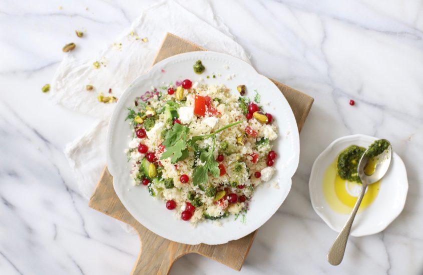 Couscous salade met pesto, feta, citroen & rode besjes
