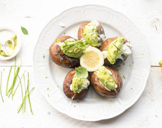 Gepofte aardappels van de EGG met crème fraîche & avocado