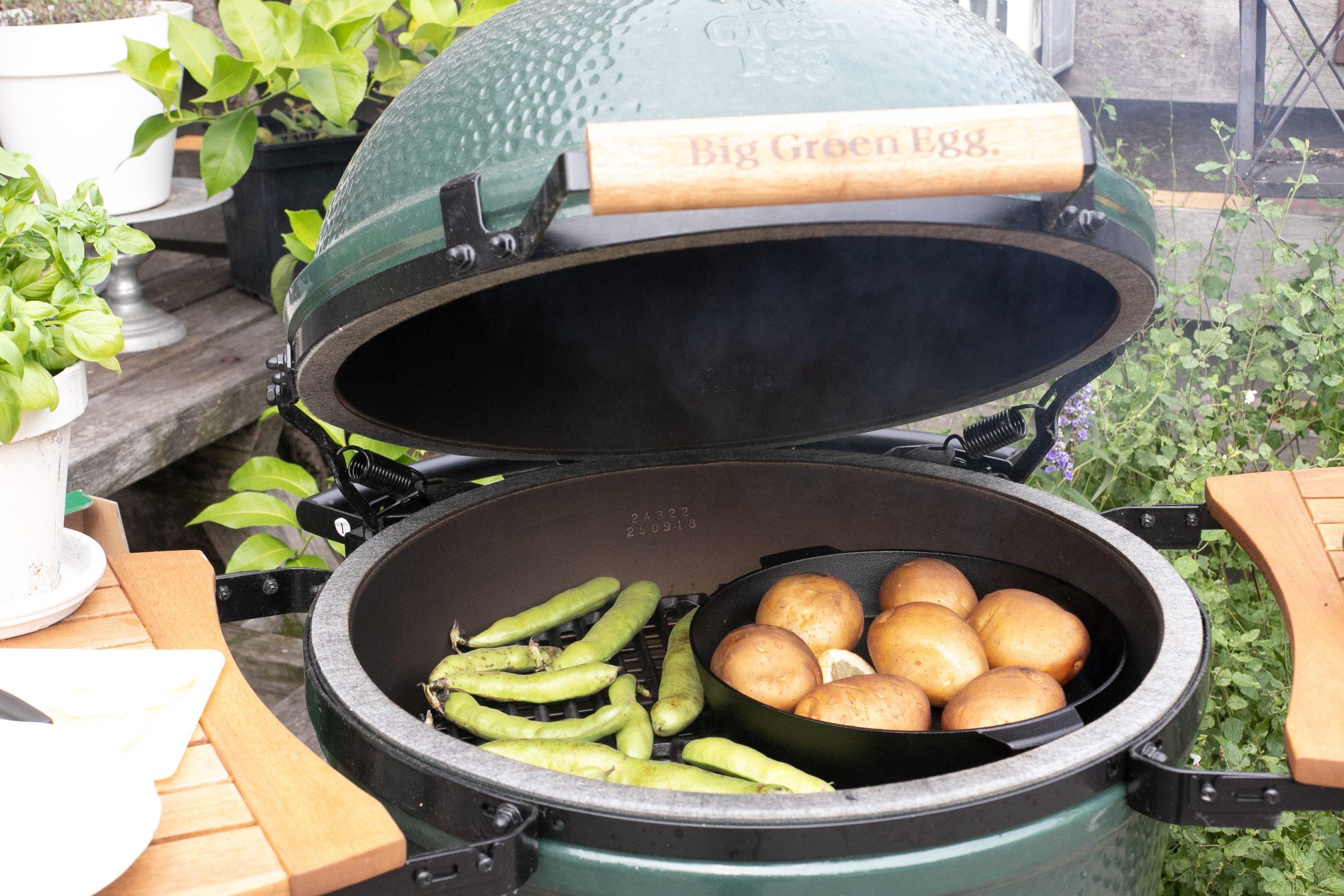 Gepofte aardappels van de Big Green EGG met crème fraîche & avocado