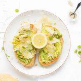 Avocado toast met parmezaanse kaas en citroen