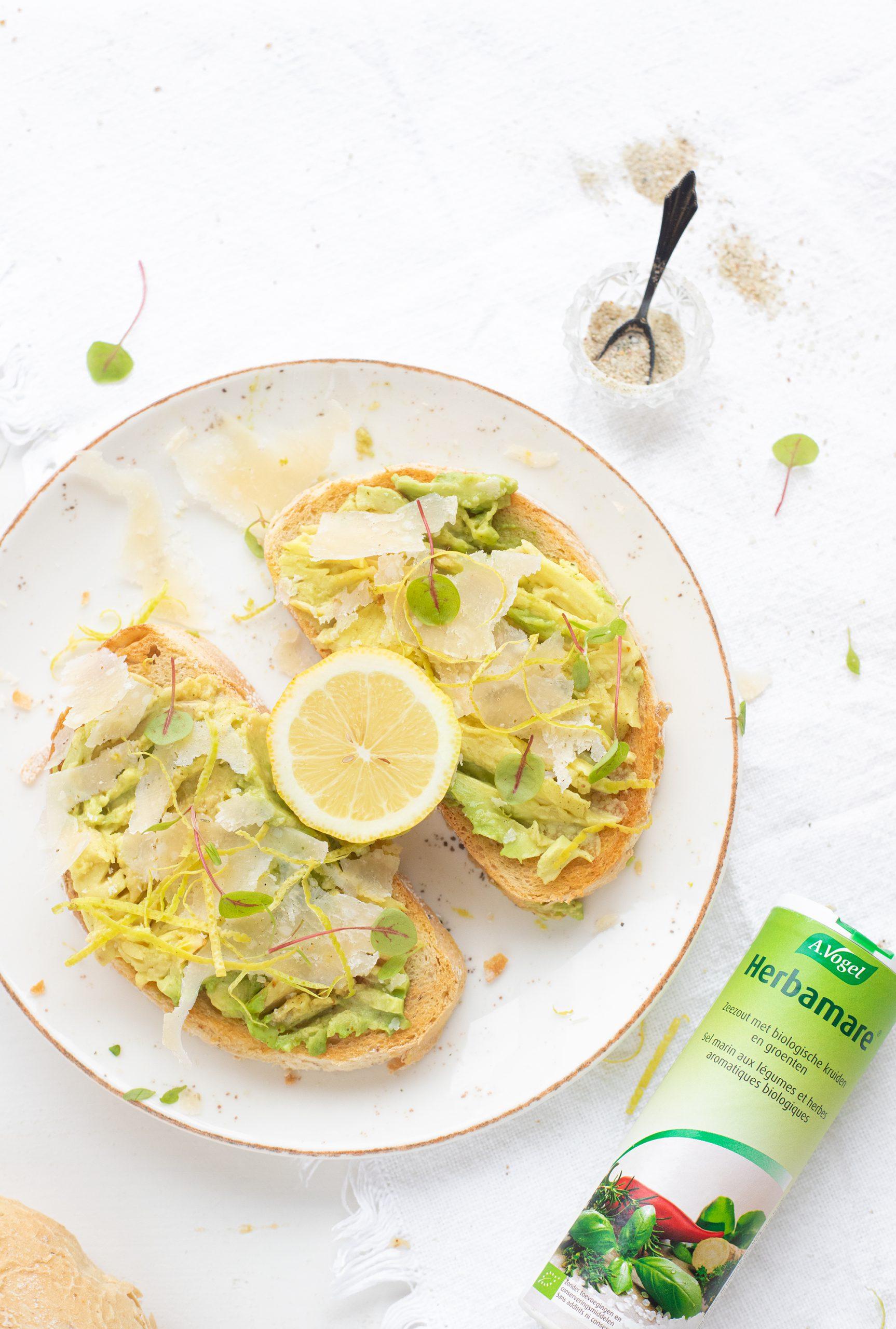 avocado toast met avocado en citroen