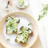 lekkere toast met avocado, citroen en basilicum mayonaise