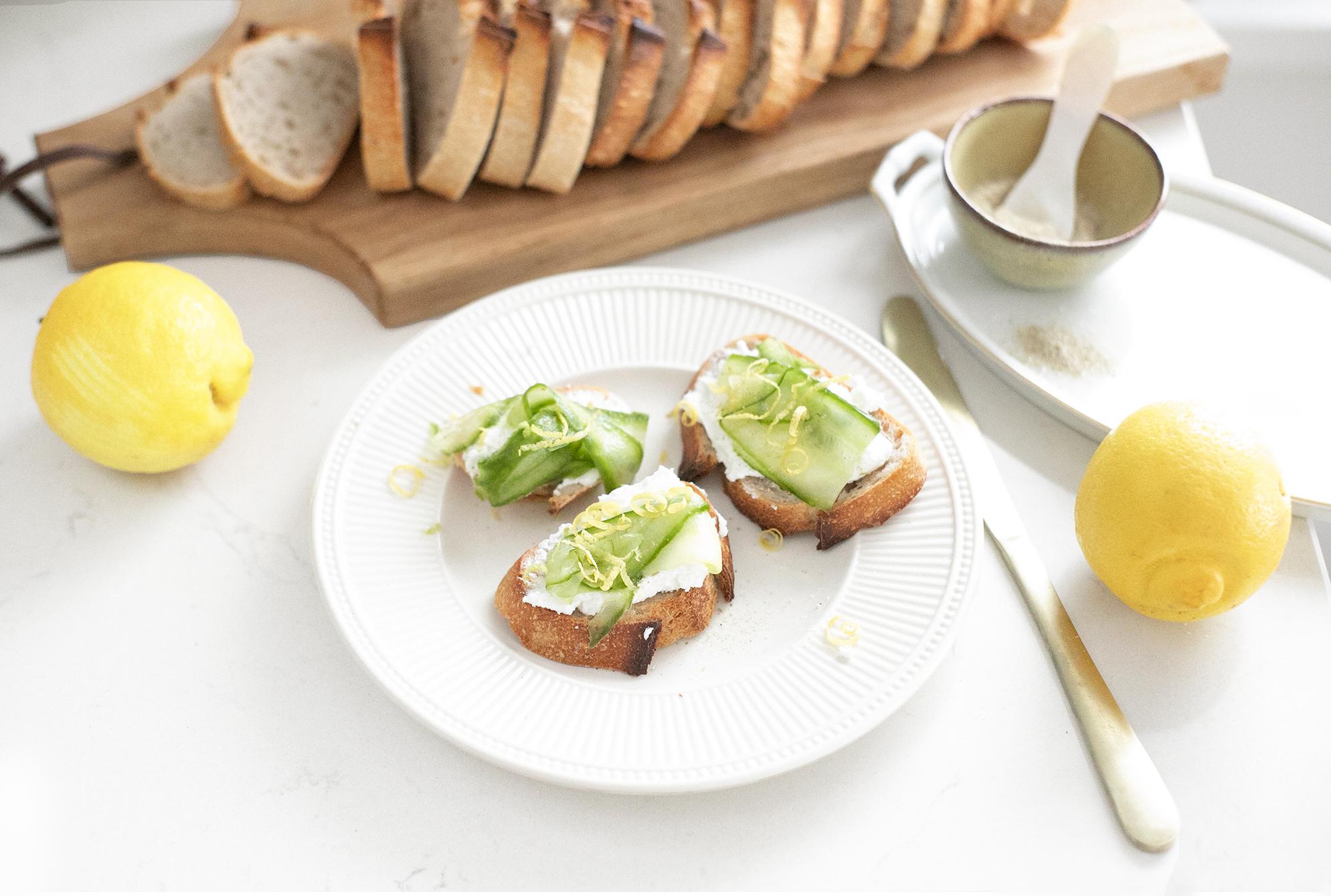 Desem toast met geitenkaas en frisse komkommer