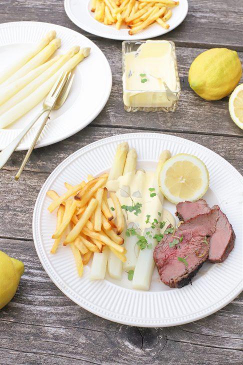 rosbief met friet en Hollandaise saus en asperges