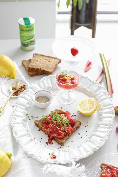 aardbei rabarber spread met citroen & chili met kruidenzout