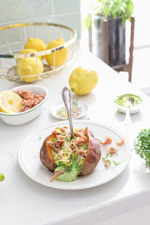 gepofte zoete aardappel met garnaaltjes avocado en citroen