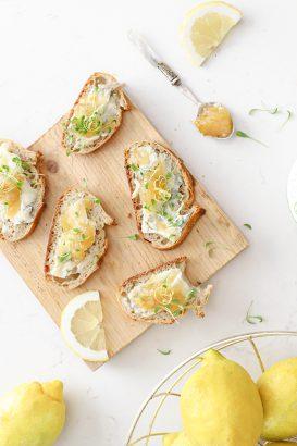 Gorgonzola crostini met citroenjam en cress bio jam