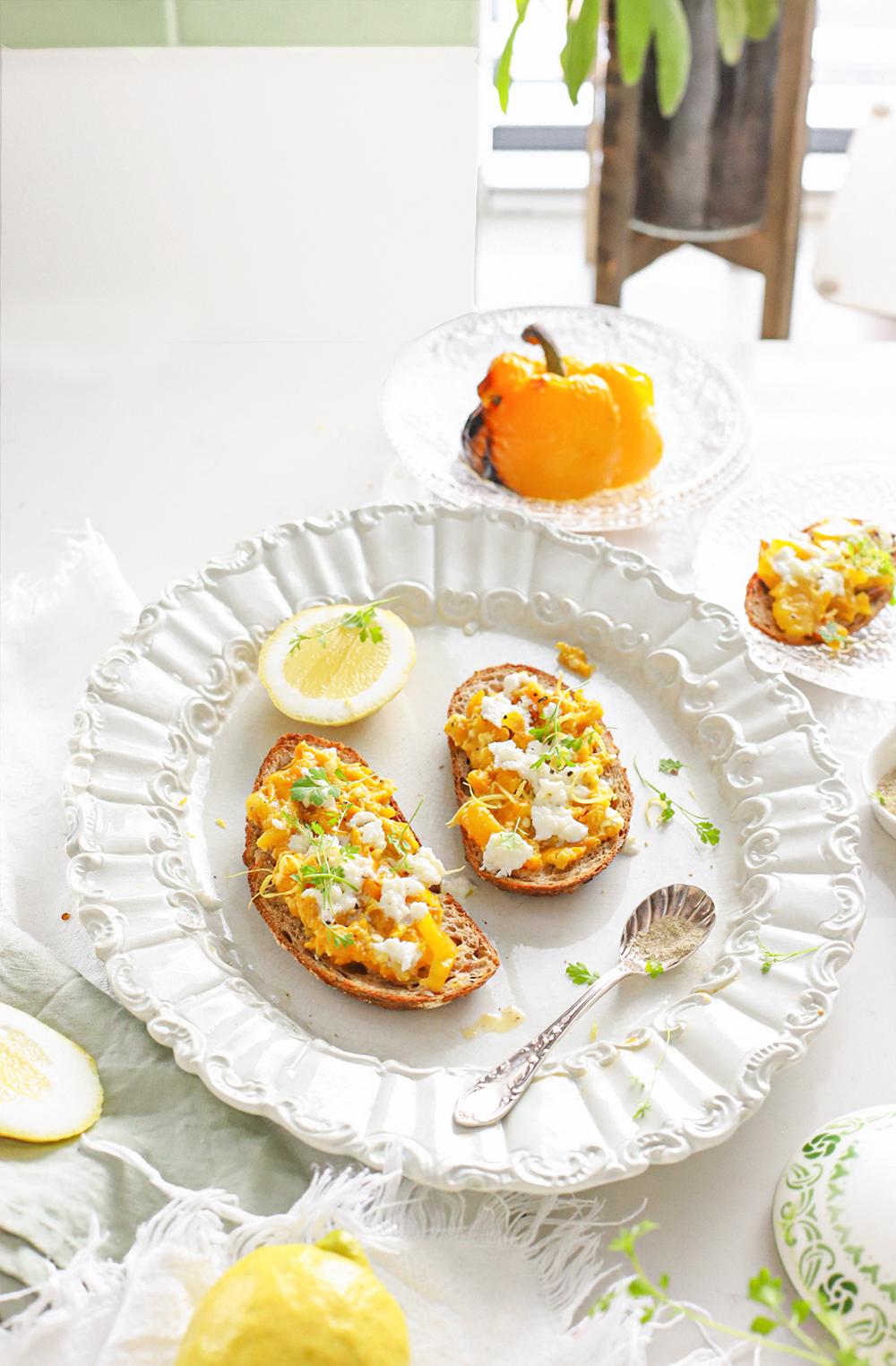 Geroosterde paprika spread met buffelmozzarella & citroen