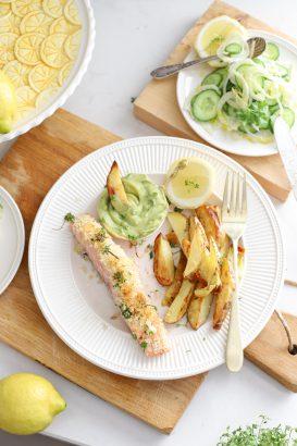 zalm met kruidenkorst aardappels, avocado dip, citroen en frisse salade